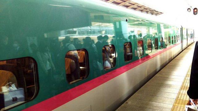 東京駅に停車中のE5系