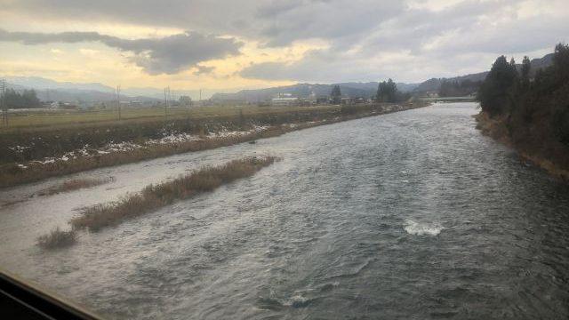 小出駅を出発して川を渡る只見線