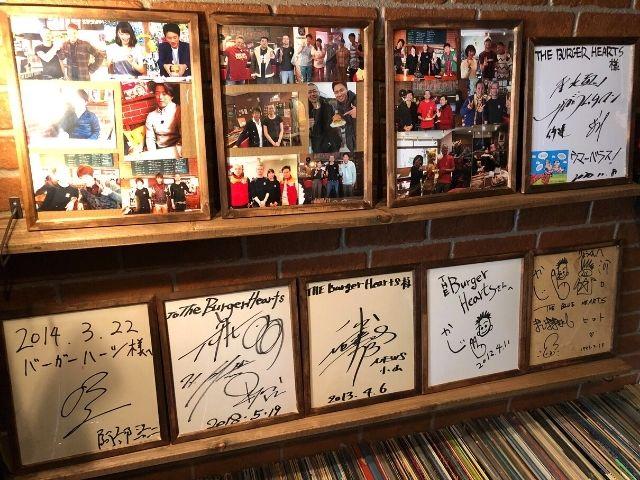 サインが飾られているバーガーハーツの店内