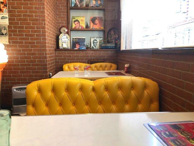バーガーハーツのテーブル席