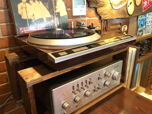 レコードが置かれているバーガーハーツの店内