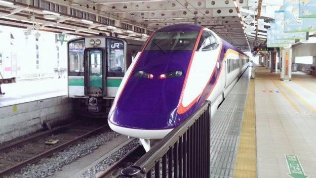 新庄駅に停車中の山形新幹線と奥羽本線