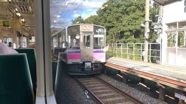 刺巻駅での列車交換