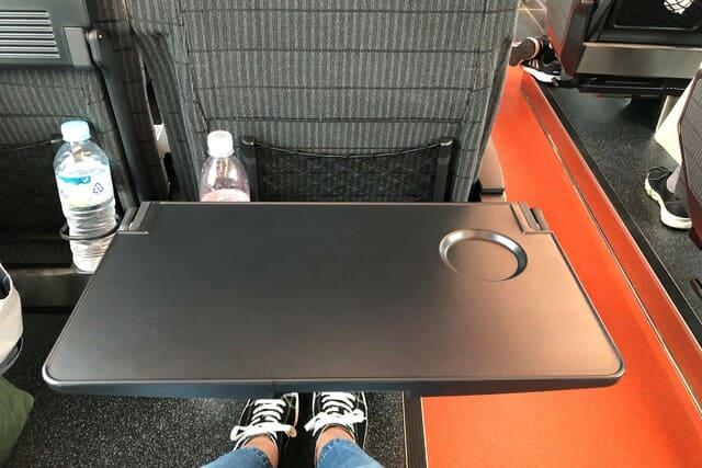 海里の座席のテーブル
