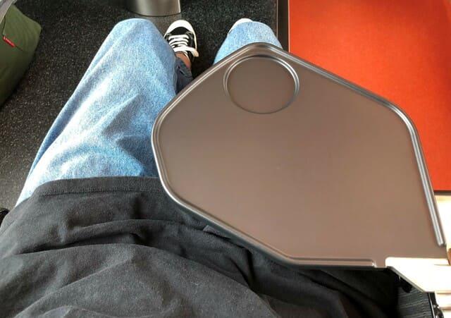 海里の座席の肘テーブル
