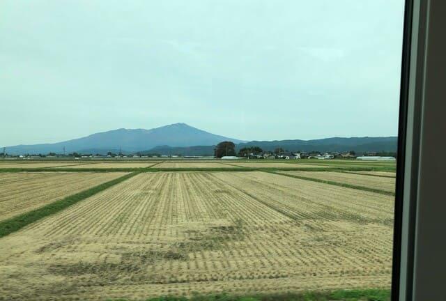 海里の車窓から見える鳥海山
