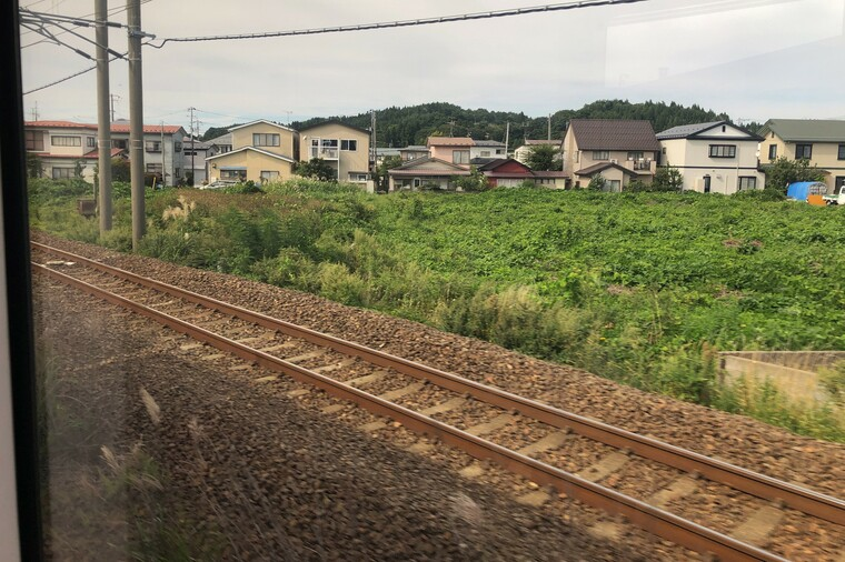 秋田駅出発後のリゾートしらかみの車窓