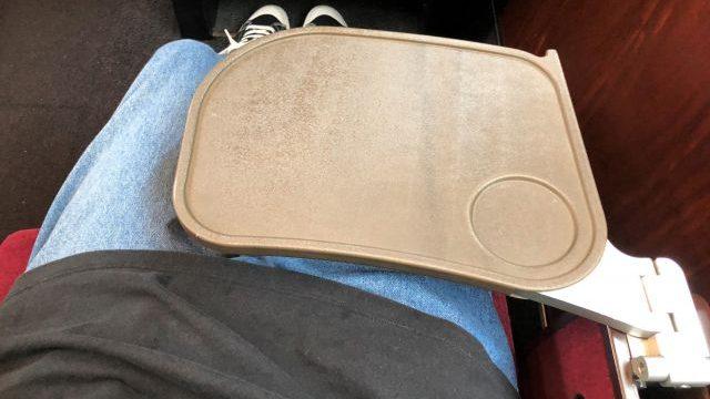 グリーン車の座席のテーブル