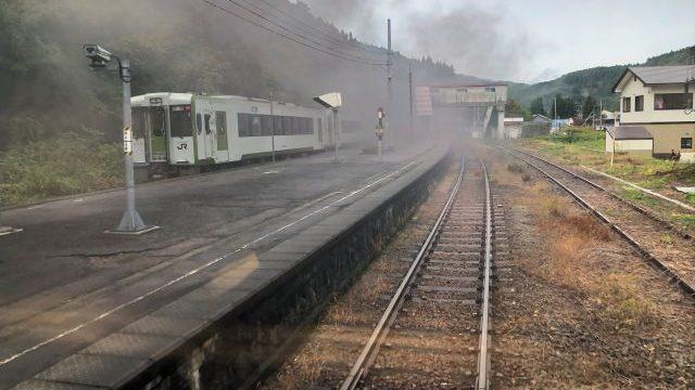 徳沢駅で快速あがのと列車交換