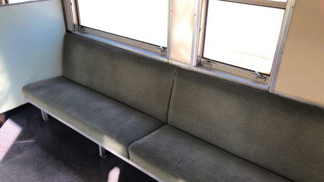 津軽線の車内のロングシート