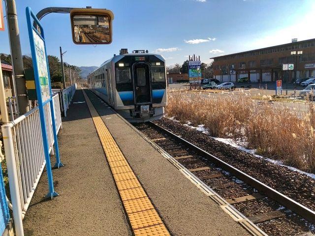 あきた白神駅に到着した五能線GV-E400系