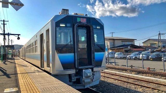 深浦駅に停車中の五能線GV-E400系