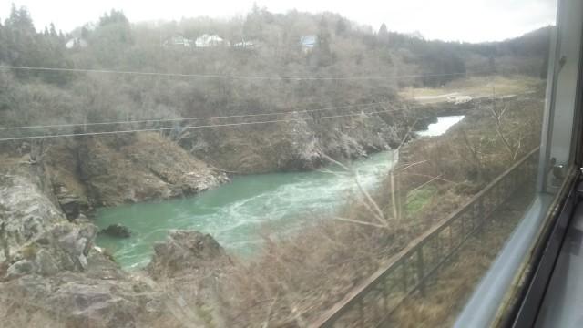 車窓の左側から見える阿賀野川