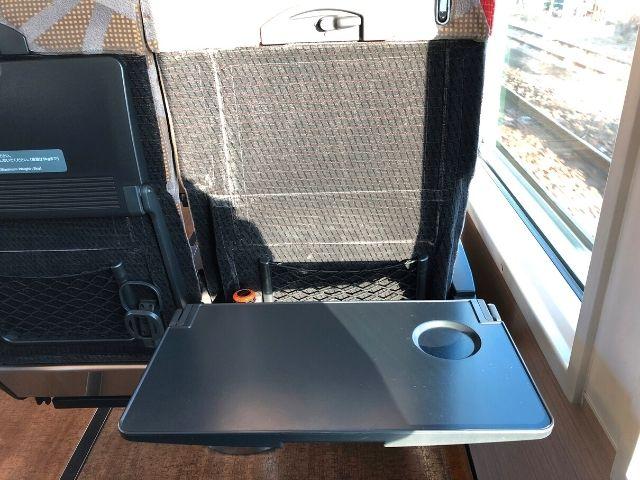 リゾートしらかみ青池編成の座席についている大きめのテーブル