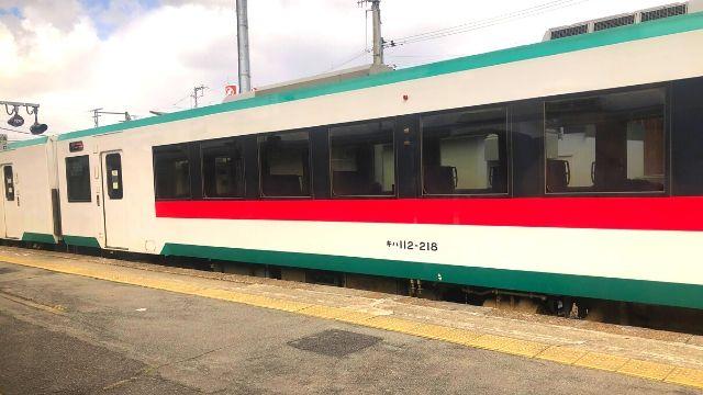 最上駅で普通列車と行き違い