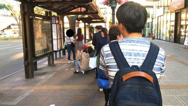 バス停前の行列