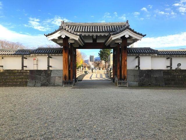 霞城公園の門