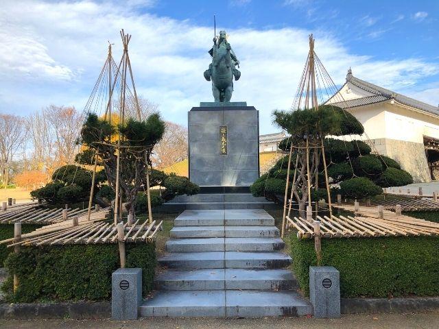 霞城公園内の正面から見た最上義光の像