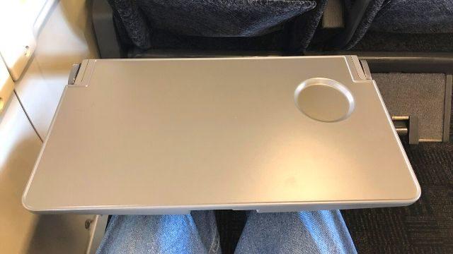 とれいゆつばさの普通指定席のテーブル