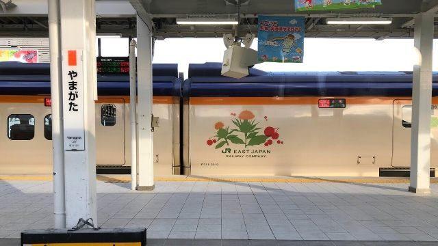 山形駅に停車中のとれいゆつばさの車窓