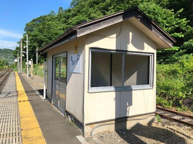 奥新川駅のホームの待合室