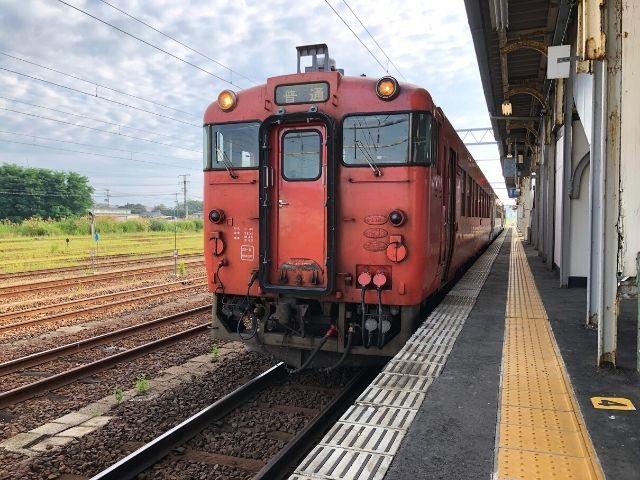 東能代駅に停車中の五能線の先頭車両