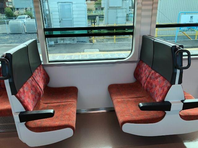 八戸線キハE130系の4人座席
