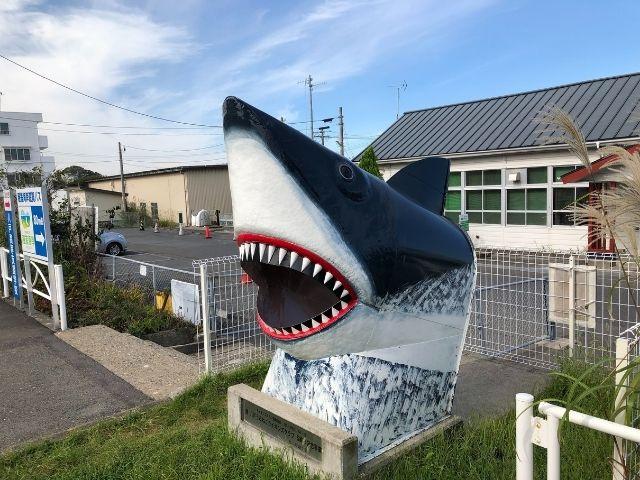 鮫駅前のサメのモニュメント