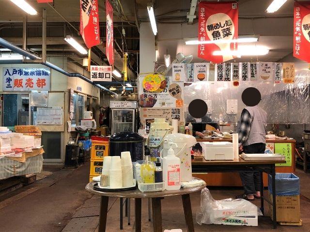 ご飯や味噌汁を販売しているカウンター