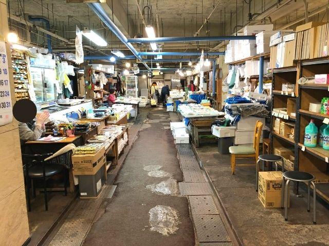 八戸市営魚菜小売市場の場内