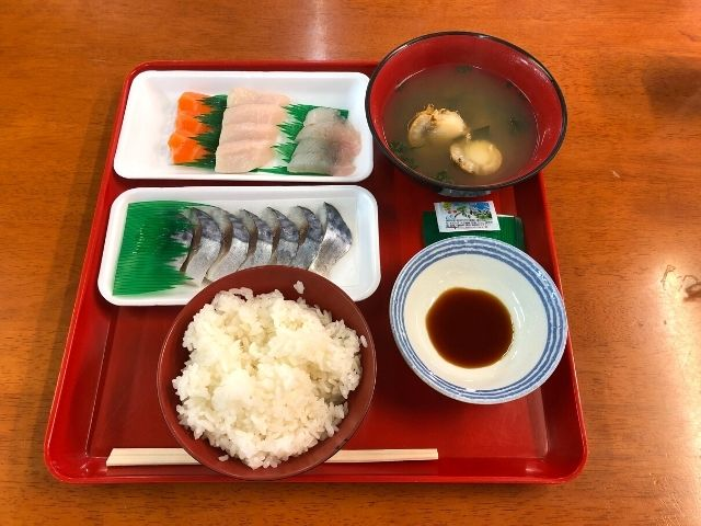 八戸市営魚菜小売市場内で購入した刺身とご飯と味噌汁