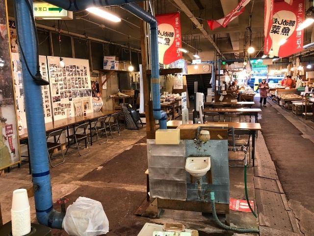 八戸市営魚菜小売市場内の座席