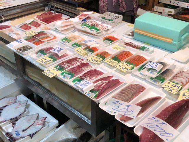 市場内で販売している刺身
