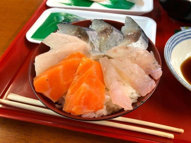 購入した刺身を盛り付けて作ったオリジナルの海鮮丼
