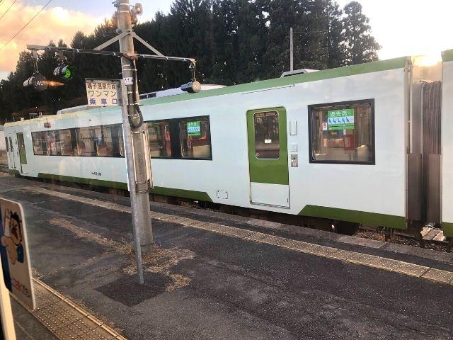 最上駅で陸羽東線の普通列車と行き違い