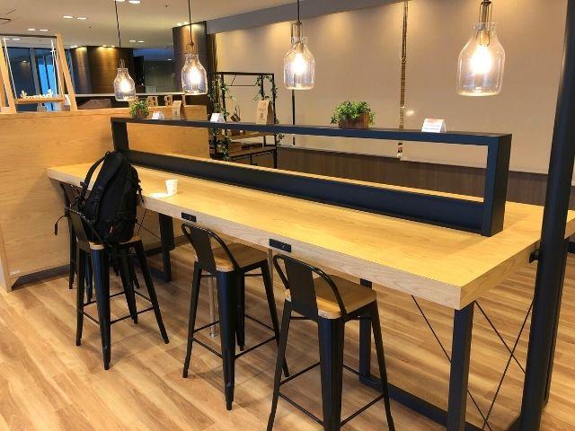 コンフォートホテル仙台西口のライブラリーカフェのテーブル席