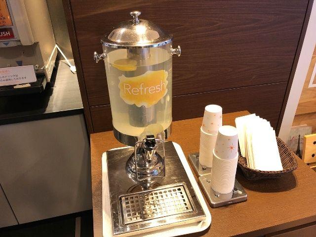コンフォートホテル仙台西口のライブラリーカフェ内にあるレモン水