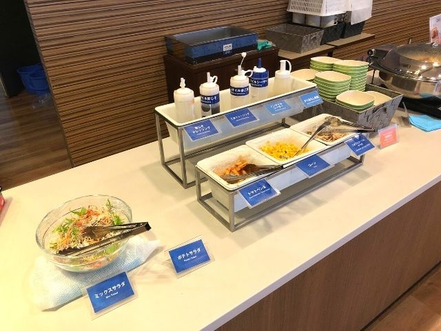 コンフォートホテル仙台西口の朝食バイキングのサラダ、ウインナー、スクランブルエッグ