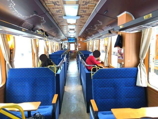 秋田内陸線の観光列車 笑EMIの車内