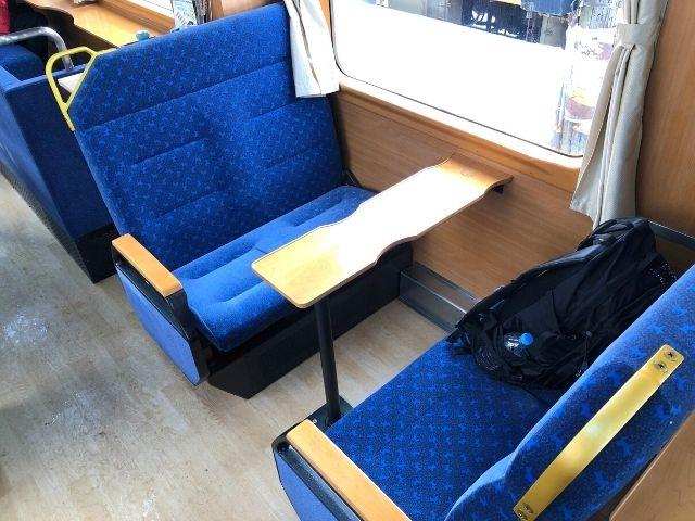 秋田内陸線の観光列車 笑EMIの4人掛けボックスシート