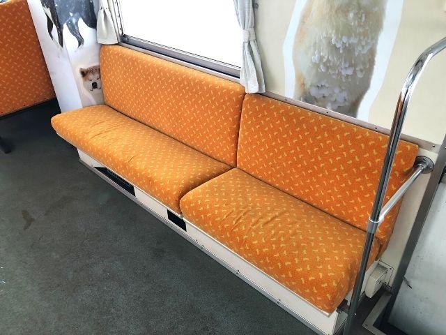 秋田内陸線の車内のロングシート