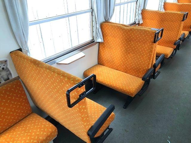 秋田内陸線の車内の4人掛けボックスシート