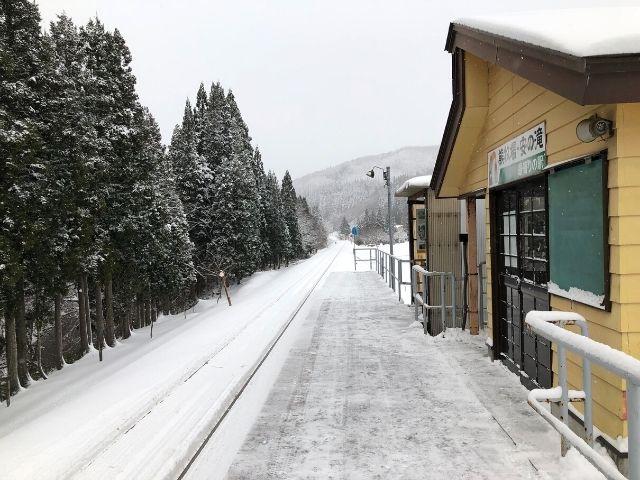 阿仁マタギ駅のホームから鷹巣方面を眺める