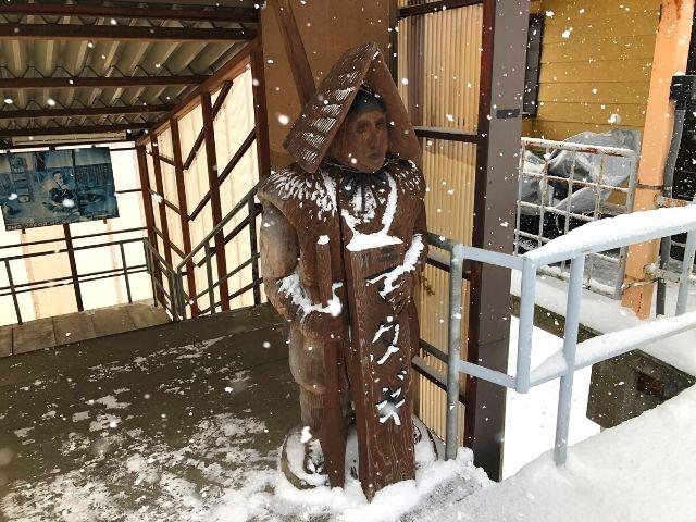 阿仁マタギ駅のホームにあるマタギの像