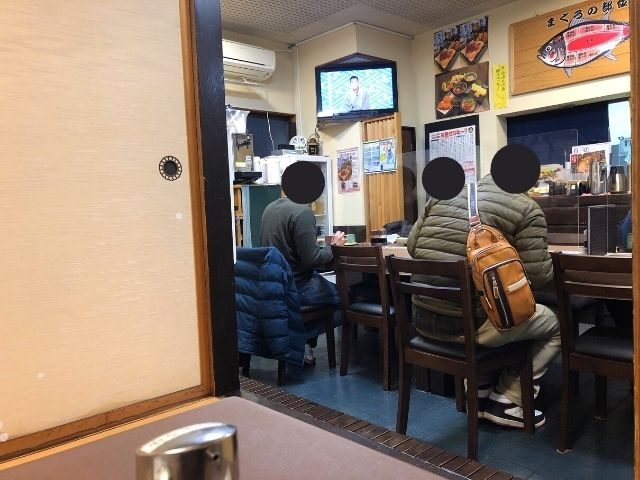 北かつまぐろ屋田中前店の店内のカウンター席