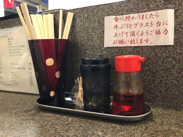 卓上の割り箸と調味料類