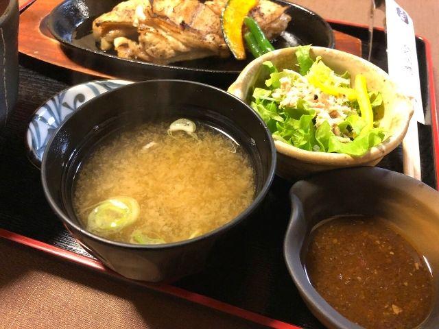 味噌汁とサラダ