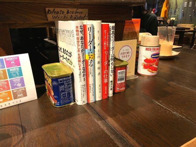 店内にある書籍とレトロなグッズ