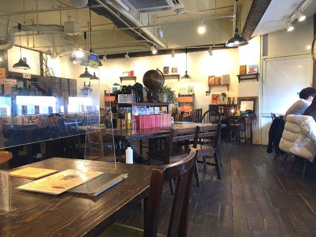 青山文庫の店内のテーブル席