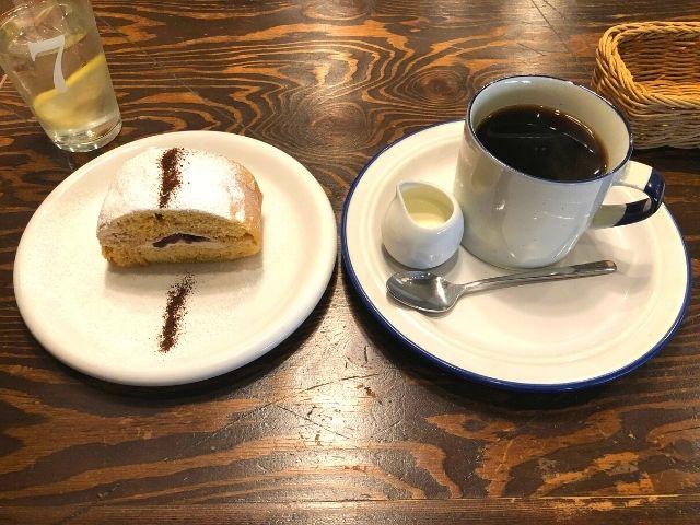 青山文庫ブレンドと珈琲醤油小豆ロールケーキ